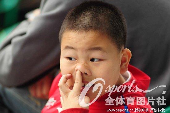 小球迷看台搞笑挖鼻屎