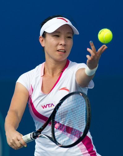中国选手郑洁在比赛中发球