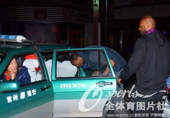 宵夜打车离开 出租车司机表情惊讶