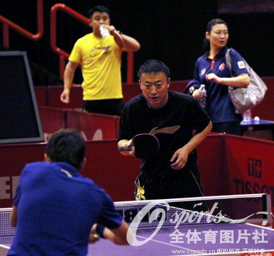 高清 中国队备战世乒赛 王励勤与队友嬉笑打闹