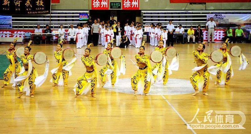 徐州市演艺集团的演员在开幕式上表演《武风汉韵》。