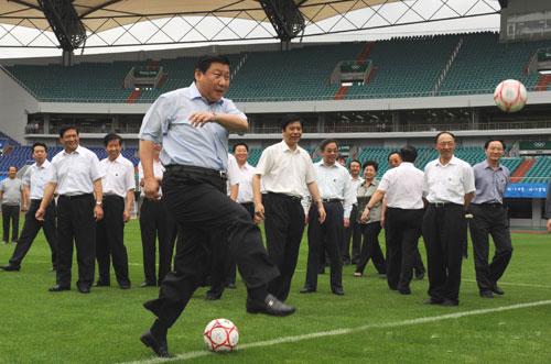 各国政要爱体育:习近平爱踢足球 奥巴马爱打篮