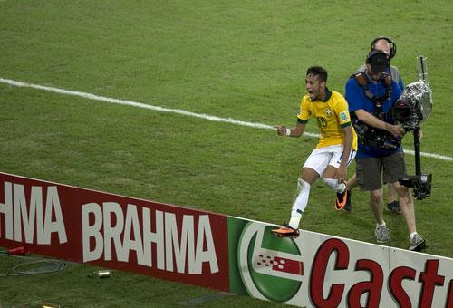 巴西队球员内马尔(右三)在比赛中庆祝进球. -图文 联合会杯巴西夺图片