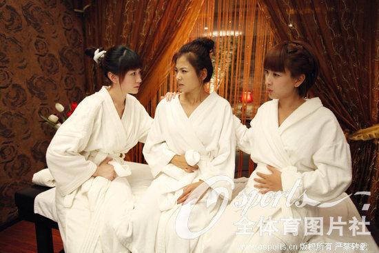 孔令辉女友马苏穿浴袍躺床上大秀美腿