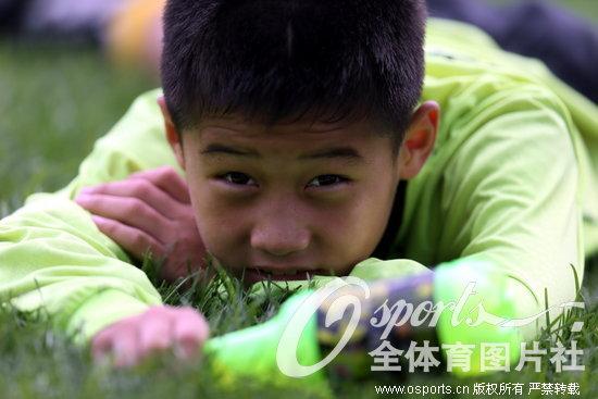 高清:鲁能杯全国少儿足球赛 小队员烈日下挥汗