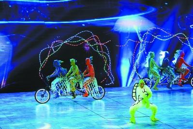 """南京/以""""让梦想起飞""""为主题的南京亚青会开幕式前晚在奥体中心馆..."""