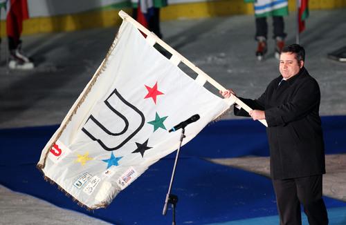 幕式上挥舞国际大体联会旗