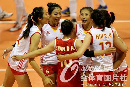 中国女排庆祝比赛胜利 高清图片