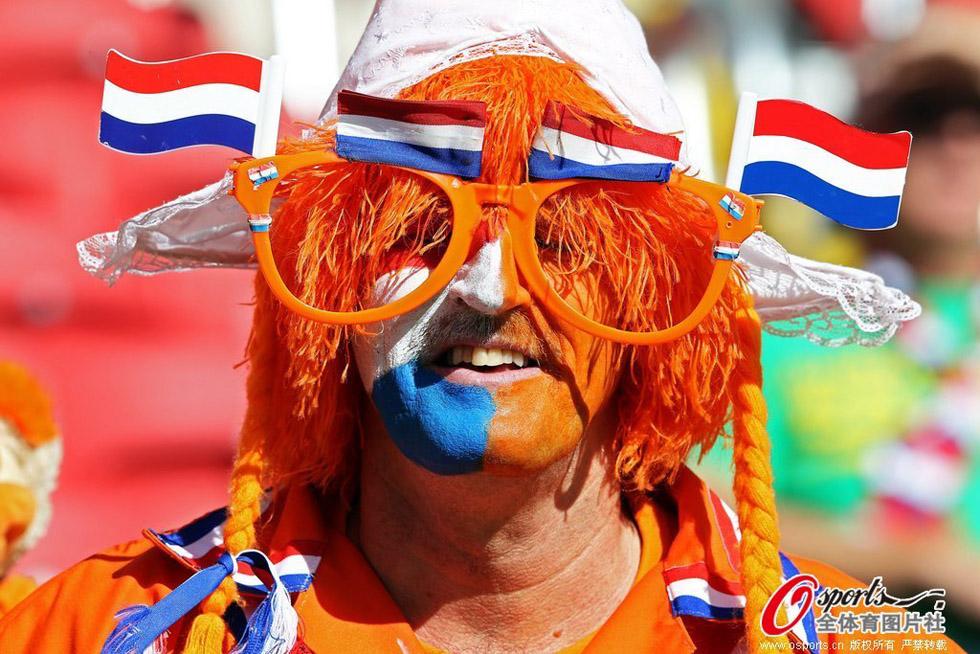 巴西世界杯b组,澳大利亚vs荷兰的比赛即将开始,两队球迷加油助威.