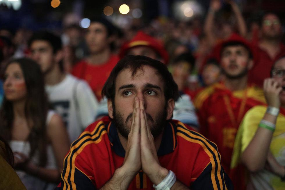 西班牙/西班牙球迷观看西班牙和智利的比赛愿上帝与我们同在!...
