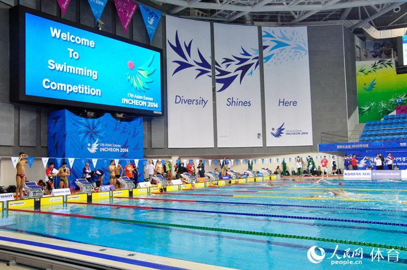 高清:亚运会游泳比赛今日打响 选手赛前紧张备