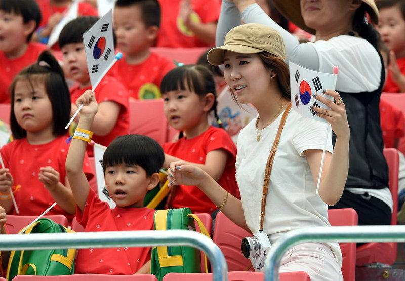高清:美女教师带领小学生观战助威 可爱学生萌