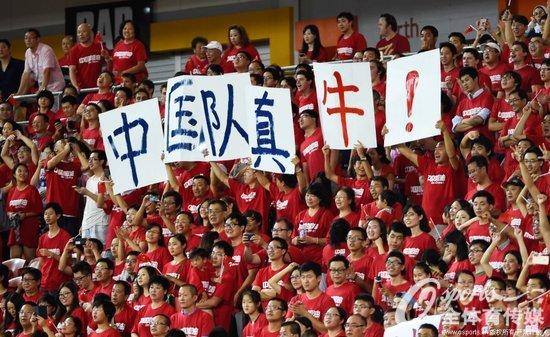 组图:亚洲杯国足提前出线 球迷现场激情助威