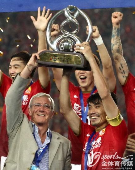 2013年11月9日,广州恒大首夺亚冠联赛冠军,里皮与队长郑智高举奖杯。