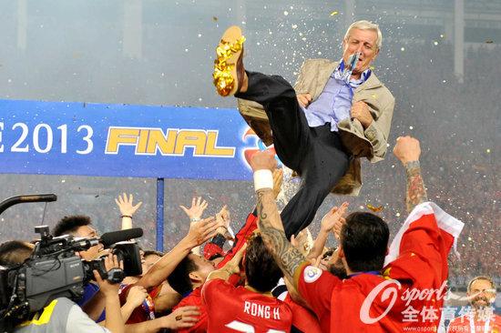2013年11月9日,广州恒大夺得亚冠冠军,里皮被高高抛起。