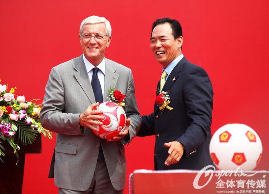 2012年10月9日,里皮与国家体育总局副局长蔡振华参加恒大足校开学典礼。