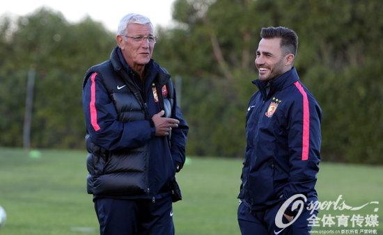 里皮与执行主教练卡纳瓦罗交流