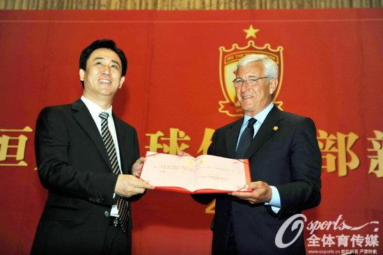 2012年5月17日,广州恒大正式官方宣布意大利名帅里皮上任接替李章洙出任主教练。
