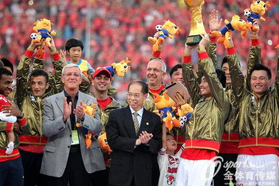 2013年11月3日,里皮率领恒大卫冕中超联赛冠军。