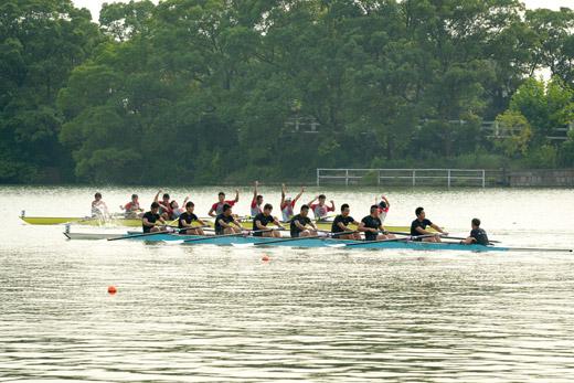 急速赛艇!世界名校赛艇赛在沪举行 上海交大首日夺冠