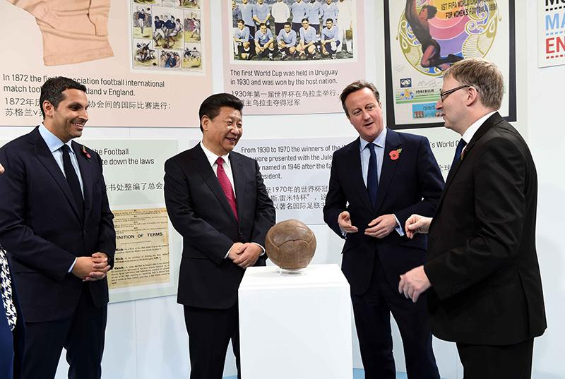 10月23日,国家主席习近平在英国首相卡梅伦陪同下,参观曼彻斯特城市足球学院。新华社记者 饶爱民 摄