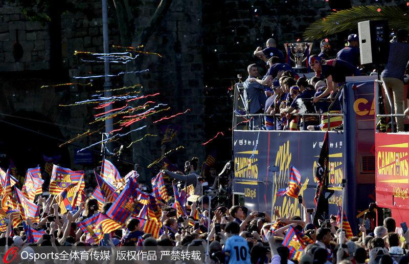 高清:巴萨举行夺冠游行 全城狂欢万人空巷