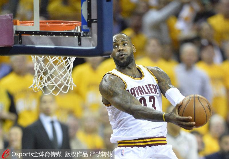 詹姆斯扣篮-NBA季后赛 詹姆斯三双骑士再取猛龙 总比分2 0领先