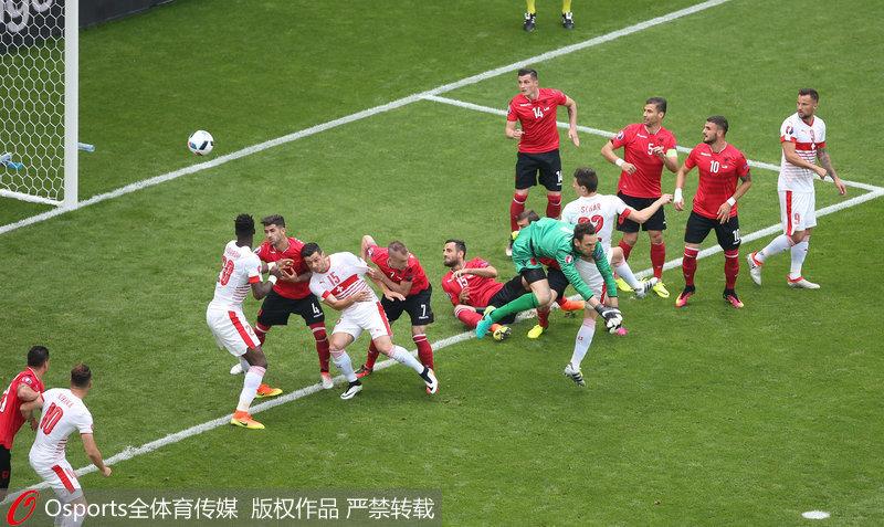 阿尔巴尼亚门将拦球失败,瑞士领先一分