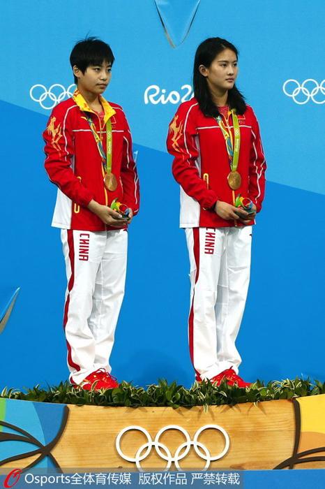 陈若琳(左)、刘蕙瑕登上冠军领奖台