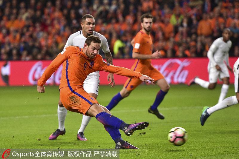 荷兰队扬森在比赛中射门