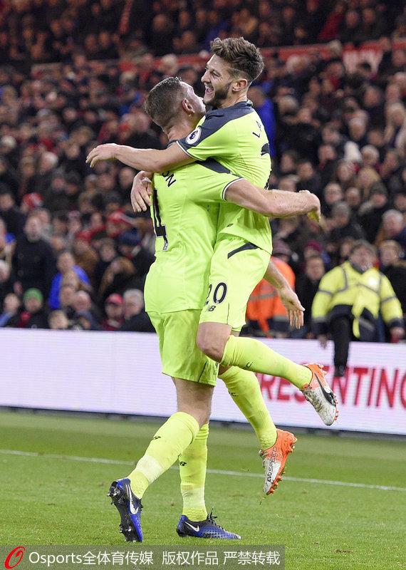 拉拉纳与队友庆祝进球
