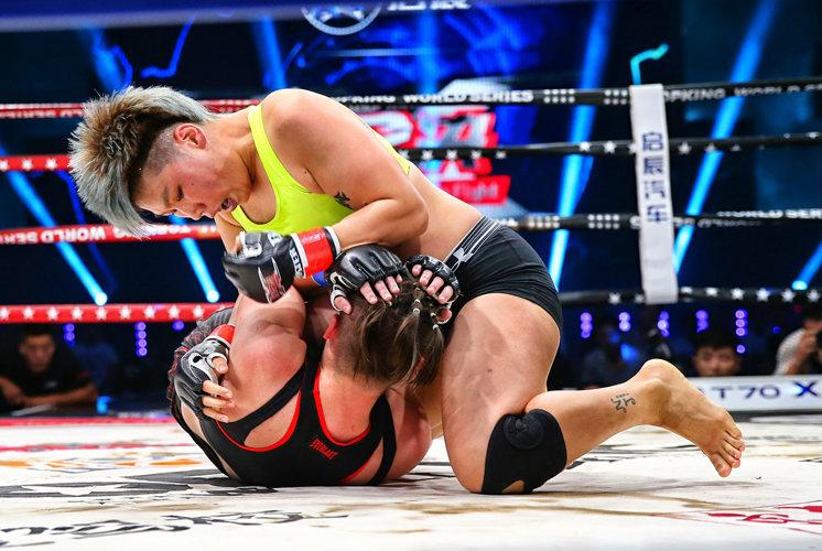 """擂台猛兽熊竞楠12月15日,昆仑决综合格斗冠军赛将在北京西红门昆仑决世界搏击中心打响,这是昆仑决首次震撼登陆央视体育频道,CCTV-5将于22:00-24:00进行直播。这也是昆仑决MMA综合格斗系列赛事将正式更名为""""昆仑决综合格斗冠军赛""""(英文名称为:Kunlun Fight MMA)的首场比赛,熊竞楠将出战来自斯洛伐克的艾琳娜?甘达索娃。【详细】"""