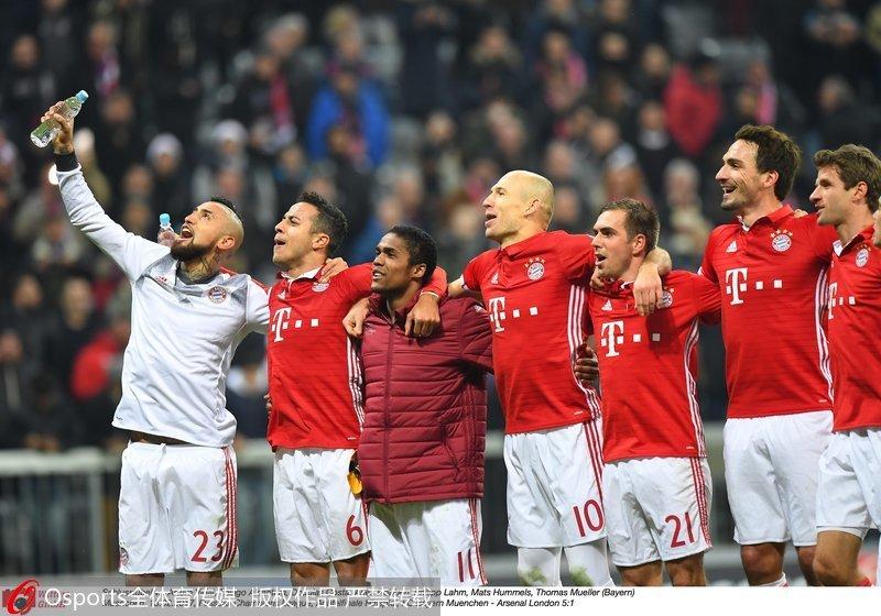 拜仁队员赛后庆祝胜利