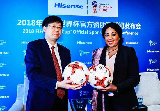 海信集团总裁刘洪新与国际足联秘书长法蒂玛・萨穆拉合影
