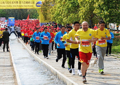 2km的山地马拉松比赛.运动员身著鲜艳的各色服装奔向?