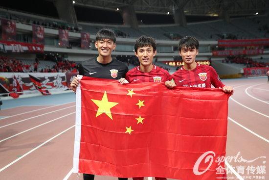 2017年4月26日,2017年亚冠联赛小组赛F组:上海上港主场4:2击败首尔FC挺进亚冠16强,赛后球员身披五星红旗谢场。