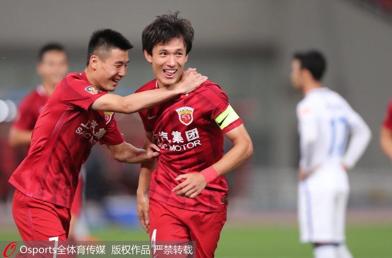 上港队的王燊超(右)和武磊庆祝破门