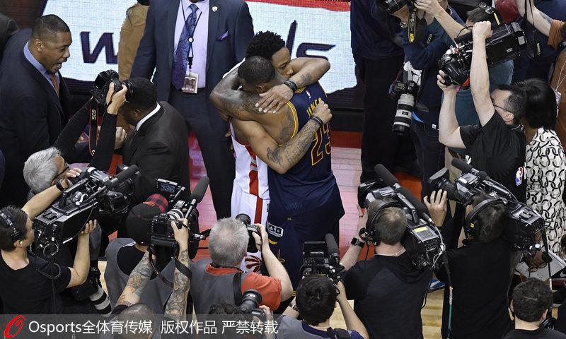 赛后,詹姆斯与德罗赞拥抱。