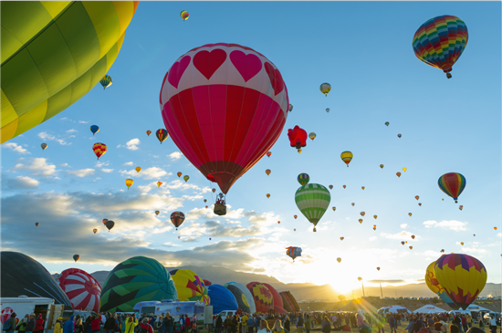 未来将灵武市打造成为中国的热气球旅游之都.