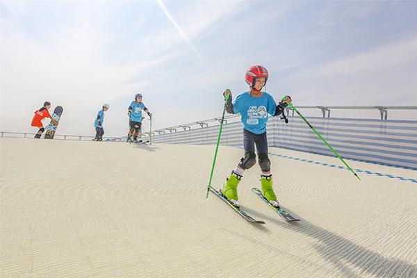 6月10日的奥林匹克森林公园热闹非凡,800多人参与的广播体操抢眼开场,紧接着一群英姿飒爽的孩子们带来了轮滑表演。上至七十老妪,下至五岁孩童,齐聚奥森,庆祝北京市第十一届全民健身体育节开幕。 每两年举办一次的北京市全民健身体育节已经连续举行了十届。今年的主题是加油,北京。北京市副市长张建东出席活动并宣布北京市第十一届全民健身体育节开幕。此外,为了助力2022年冬奥,花样滑冰世界冠军佟健宣读倡议书,为大力普及冰雪运动,为北京2022年冬奥会营造良好氛围,向民众发出了加强学习、积极行动、广泛传播的倡议