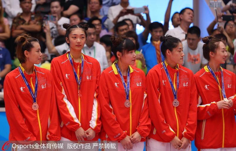 组图:全运会女排成年组颁奖仪式 北京女排发式亮眼