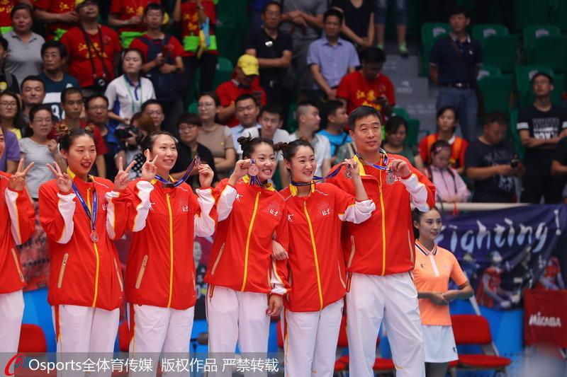 组图:全运会女排成年组颁奖仪式 北京女排发式亮眼【3】