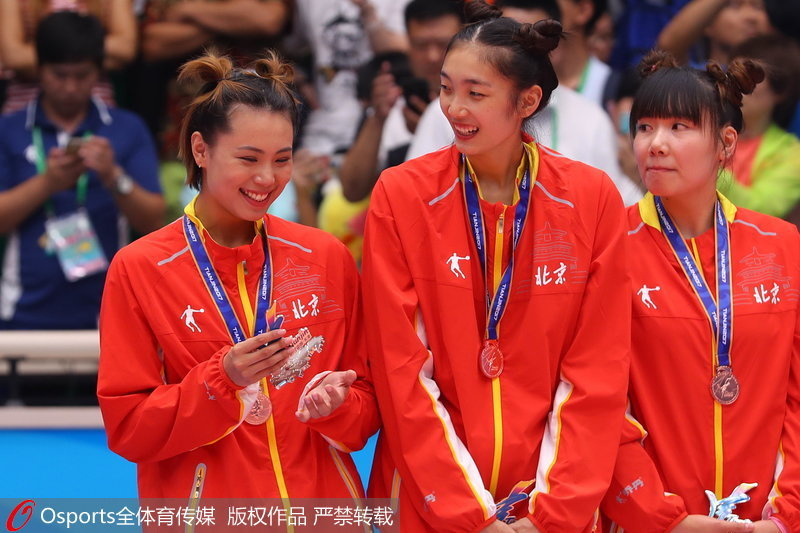 组图:全运会女排成年组颁奖仪式 北京女排发式亮眼【4】