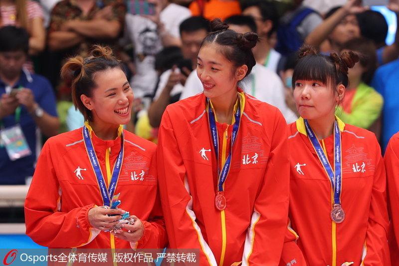 组图:全运会女排成年组颁奖仪式 北京女排发式亮眼【2】