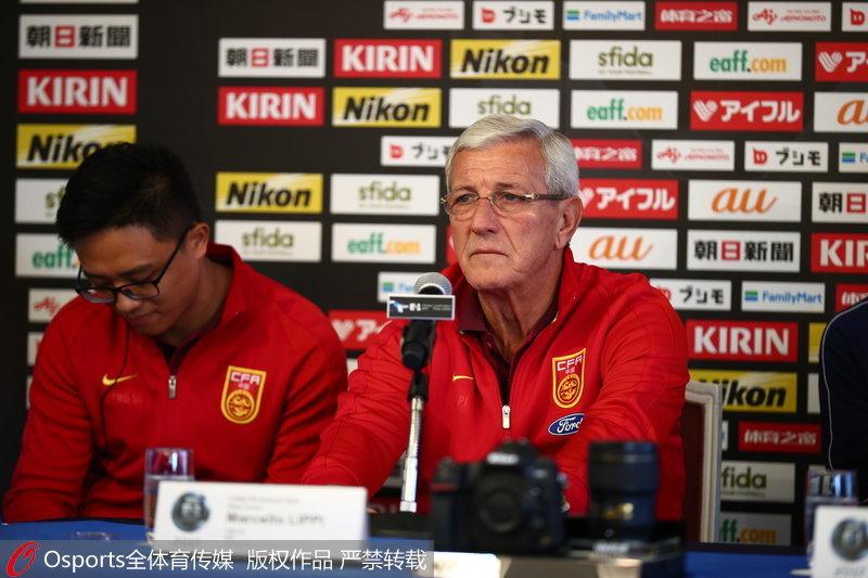 国足主教练里皮在发布会回答记者提问