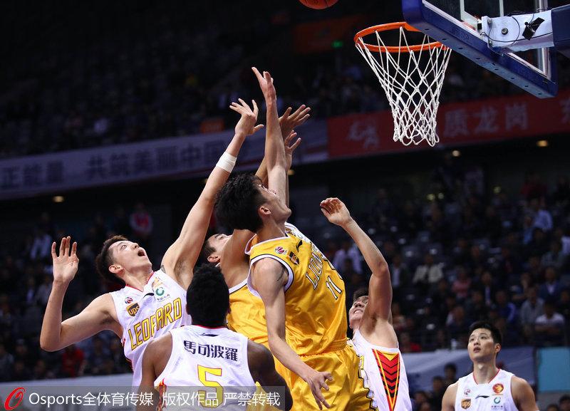 双方球员争抢篮板球