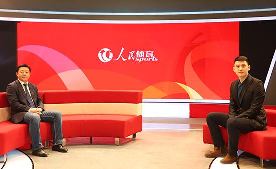 国家体育总局局长助理、党组成员,中国足协党委书记杜兆才(左)作客黄金城访谈间