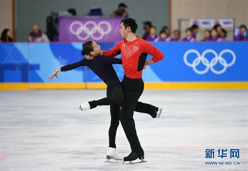 2月7日,中国花样滑冰队队员彭程(左)、金杨进行赛前训练。 新华社记者鞠焕宗摄