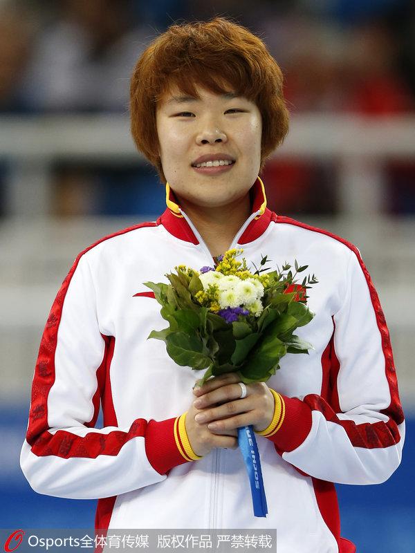 索契冬奥会女子短道速滑1500米冠军周洋颁奖图