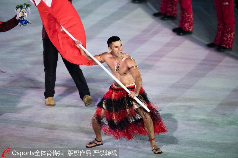 汤加代表团旗手陶法托富上身赤裸身着阿民族传统服饰入场引人注目